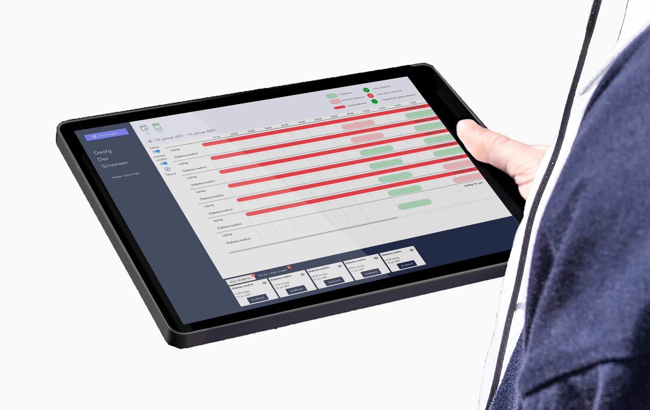 Hjemmeplejer holder tablet i hånden med Klikkitøs dashboard på skærmen